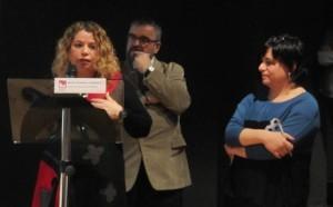 Fatima Ahmed després de recollir el premi de mans de Quim Sabater, president de l'Observatori del Tercer Sector, i Núria Valls, de la xarxa DDiPAS.
