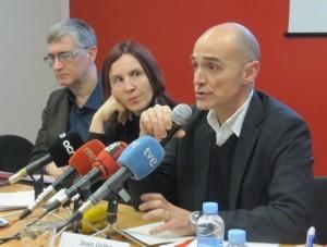Joan Uribe, director de Sant Joan de Déu Serveis Socials. A l'esquerra, Sonia Fuertes (Fundació Salut i Comunitat) i Salvador Busquets (Càritas).