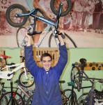 formació joves Escola Pia - Noi al taller de bicicletes