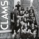 Cartell concert solidari amb una foto de grup de Clams