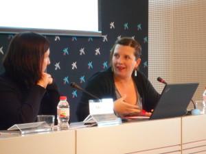 Laia Ortiz, tercera tinenta d'alcaldia de la Direcció de l'Àrea de Drets Socials de l'Ajuntament de Barcelona, amb Sonia Fuertes, presidenta d'ECAS, durant la inauguració de la jornada.