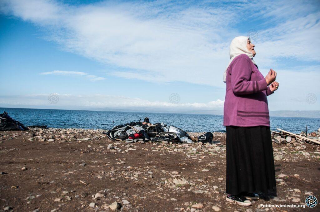 Imatge de material abandonat a una platja, una dona es lamenta. Autoria: Fotomovimiento