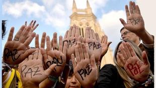 Mans enlaire demanant la pau a Colòmbia