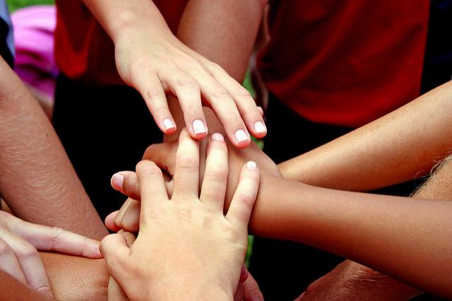 Mans de nens com a símbol d'equip