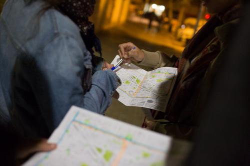 Persones marcant un mapa, en un recompte de persones sense llar
