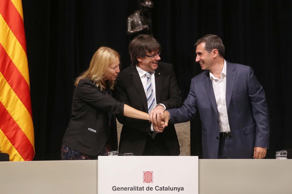 Carles Puigdemont, Neus Munté i Oriol Illa a la signatura del pla de suport