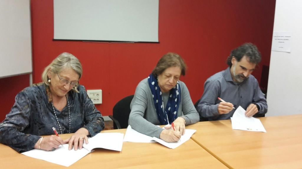 Representants d'ECAS, Òmnium i Coop57 signen el conveni de 'Lliures'